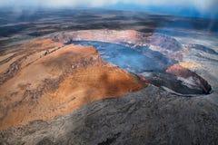 Puu Oo火山口熔岩湖鸟瞰图  库存图片