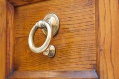 Puxador da porta amarelo velho do anel Imagens de Stock