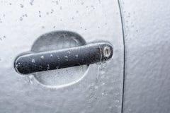 Puxador da porta congelado do carro imagens de stock