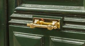 Puxador da porta de bronze muito agradável em uma construção residencial Fotografia de Stock