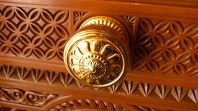 Puxador da porta de bronze na porta ornamented Imagem de Stock