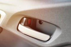 Puxador da porta do carro do close up dentro do veículo da cidade do carro com porta traseira Fotos de Stock