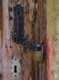 Puxador da porta do estilo do vintage travado com corrente e cadeado imagens de stock royalty free