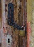 Puxador da porta do estilo do vintage travado com corrente e cadeado foto de stock royalty free