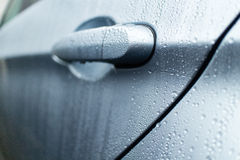 Puxador da porta molhado de um sedan luxuoso Imagens de Stock Royalty Free