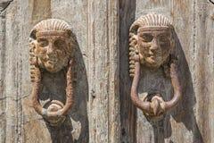 Puxador da porta na porta de madeira Foto de Stock