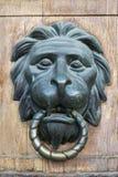 Puxador da porta sob a forma da cabeça de um leão Foto de Stock