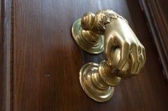 Puxador da porta velho em uma porta de madeira antiga Imagens de Stock