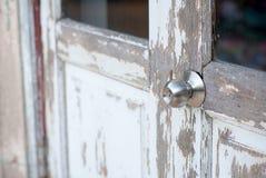 puxador de prata na porta de madeira velha imagens de stock royalty free
