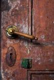 Puxadores da porta antigos instalados em portas velhas imagem de stock royalty free