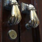 Puxadores da porta na construção na cidade velha do mar de Cadiz Foto de Stock Royalty Free