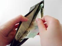 Puxando o dinheiro fora da carteira imagens de stock royalty free