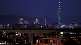 Puxando o foco da cidade de Taipei com círculos do bokeh da noite, Taiwann filme