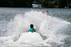 Puxando um esquiador fora da água imagens de stock royalty free