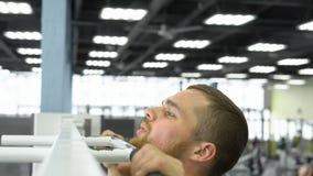 Puxar na barra Atleta no treinamento da força no gym fotografia de stock