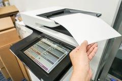 Puxe originais de negócio ascendentes trocistas da impressora de escritório fotografia de stock