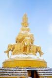Puxian dorato Buddha al emei di mt con neve Fotografia Stock