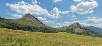 Puy Griou Panoramablick auf französischen Bergen aufgestellt in Cantal lizenzfreie stockbilder