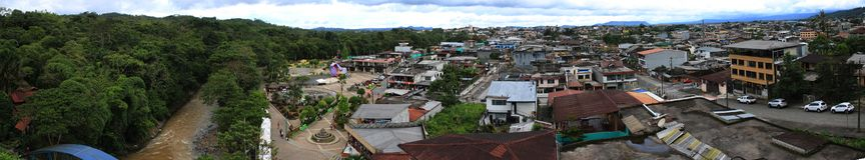 Puyo, Ισημερινός, 22-4-2019: Πανοραμική άποψη του lobrero το κύριο τετράγωνο της πόλης και της ζούγκλας στοκ εικόνα με δικαίωμα ελεύθερης χρήσης