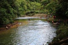 Puyo, Ecuador, 29-5-2019: Lokale Spaanse mensen die en van zwemmen genieten in een tropische rivier stock foto