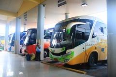 Puyo, Ecuador, 5-5-2019: Openbaar vervoer - Alle opgestelde bussen aan diverse richtingen stock afbeeldingen