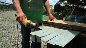 Puyo, Ecuador, 15-4-2019: Persoon die in openlucht met een handzaagmachine om metaal te snijden werken stock video