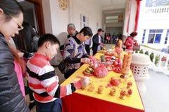 人们祈祷在puzhaosi (发光寺庙)寺庙 库存照片