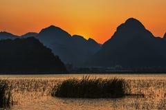 Puzhehit en la puesta del sol imagenes de archivo