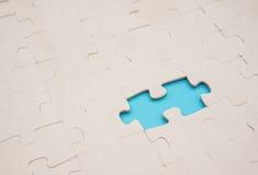 Puzzel met één stuk op blauw wordt gemist dat stock fotografie