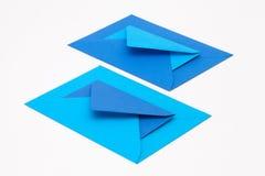Puzzel van grote en kleine blauwe enveloppen op het witte lusje Stock Fotografie