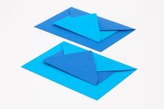 Puzzel van grote en kleine blauwe enveloppen op het witte lusje Royalty-vrije Stock Foto