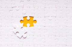 Puzzelconcept voor zaken met de voltooiing van het team met definitieve persoon royalty-vrije stock afbeeldingen