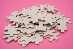 Puzzle auf rosa Hintergrund Lizenzfreies Stockfoto
