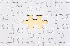 Puzzle bianco indicato con la mancanza di un pezzo Immagine Stock Libera da Diritti