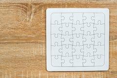 Puzzle in bianco sulla tavola di legno Fotografie Stock Libere da Diritti