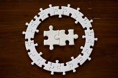 Puzzle bianco sulla tavola di legno, primo piano idea creativa, concetto di affari fotografia stock