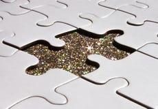 Puzzle blanc sur le fond d'étincelle photos libres de droits