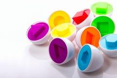 Puzzle coloré éducatif en plastique d'oeufs sur un fond blanc Photo libre de droits