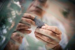 Puzzle dans des mains image libre de droits