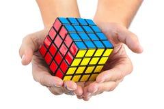 Puzzle de cube dans des mains Photographie stock libre de droits