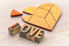 Puzzle de tangram de coeur avec le mot d'amour Photo libre de droits