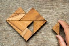 Puzzle de Tangram dans l'attente de forme de coeur à accomplir Photographie stock libre de droits