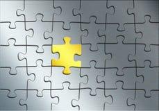 Puzzle del metallo con l'elemento dell'oro come fondo astratto, illust 3d illustrazione di stock