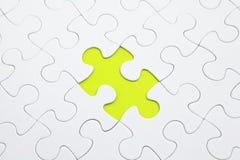 Puzzle del puzzle con la parte verde immagine stock