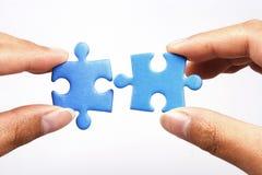 Puzzle del puzzle della holding Fotografia Stock Libera da Diritti