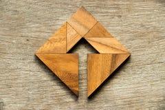 Puzzle del tangram nella forma quadrata con il simbolo della freccia dentro Fotografie Stock
