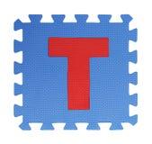 Puzzle del testo di T su fondo bianco, EVA Foam di collegamento, Clipp fotografia stock