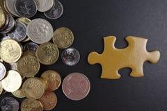 Puzzle dell'oro con le monete Concetto di finanza e di affari Immagini Stock Libere da Diritti