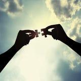 Puzzle della holding in cielo Immagini Stock Libere da Diritti