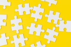 Puzzle denteux blanc sur la solution jaune solide de métaphore de fond à résoudre le problème commercial, la créativité, le choix image libre de droits